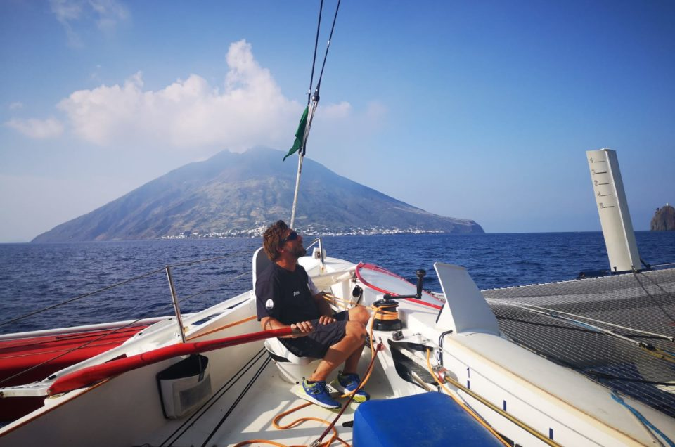 Maserati Multi 70 reaches Stromboli. With light winds the damaged rudder doesn't penalize the team too much.